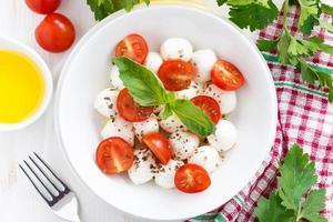 traditioneller Salat mit Mozzarella und Kirschtomaten, Draufsicht foto