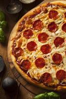 heiße hausgemachte Peperoni-Pizza foto