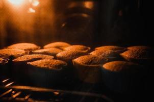 Cupcakes im Ofen foto