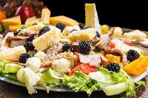 Gourmet-Salat mit Käse und Brombeeren foto