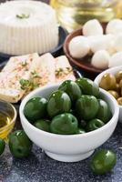 grüne Oliven und Weichkäse, vertikal foto