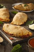 hausgemachtes italienisches Fleisch und Käse Calzone foto