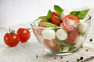 Salat Caprese und Brot foto