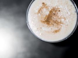 Overhead-Aufnahme eines weißen Cocktails foto