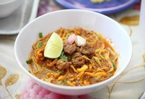 khao soi - traditionelles thailändisches Essen foto
