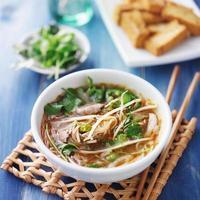 vietnamesische traditionelle Pho-Rindfleischsuppe foto