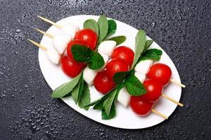 Caprese-Salat auf Stöcken foto