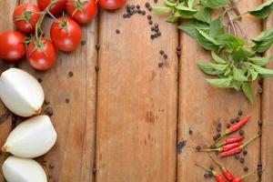 Zubereitung von italienischem Essen auf Holz - Mozzarella, Zwiebeln, Tomaten foto