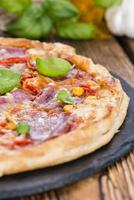 frisch zubereitete Salami-Pizza