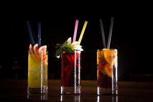 Kirschbombe, Schraubenzieher und Cuba Libre Cocktails in hohem Glas foto