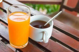 Tee und Orangensaft foto