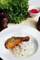 Huhn mit Reis und Pesto auf einem Teller Stillleben foto