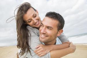 Porträt des lebenden jungen Paares am Strand foto