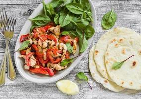 Rühren Sie braten mit Hühnerbrust, frischem Spinat und hausgemachter Tortilla