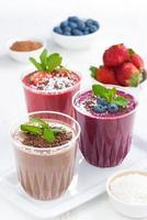 verschiedene Milchshakes - Erdbeere, Blaubeere und Schokolade foto