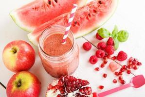 frischer roter Bio-Smoothie mit Apfel, Wassermelone, Granatapfel, foto