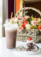 Eisschokolade mit Schokoladenkuchen auf dem Tisch foto