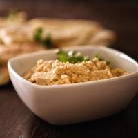 Hummus und Fladenbrot foto