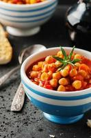 Kichererbse mit Tomaten, Karotten und Rosmarin foto