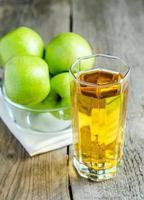 Apfelsaft mit frischen Äpfeln foto