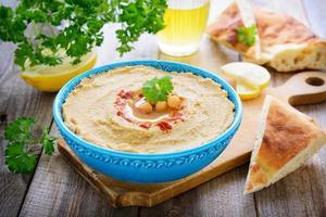 Hummus aus Kichererbsen und Sesam foto