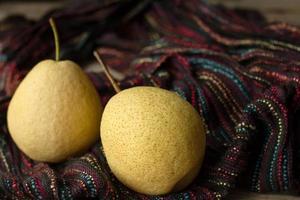 Birne mit Äpfeln auf einem braunen Hintergrund foto