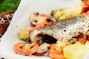 gebackener Seebarschfisch foto