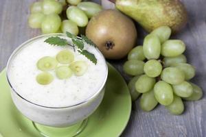 Smoothies aus Birnen und grünen Trauben mit Joghurt foto