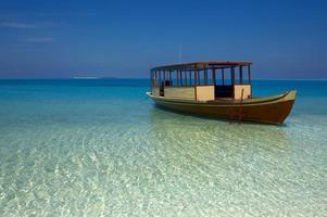 Boot ist in der Nähe einer Küste foto
