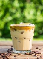 Eiskaffee mit Milch und Schlagsahne
