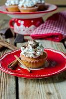 Cupcakes mit Schlagsahne und Schokolade foto