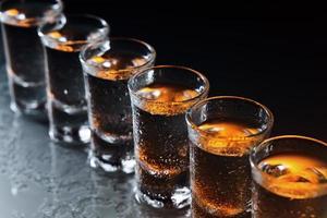 Gläser mit einem alkoholischen Getränk foto