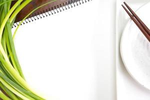offenes weißes Notizbuch für Rezepte foto