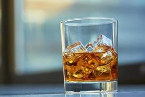 Whisky mit Eis auf einem Tisch