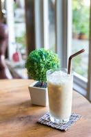 Haselnussmilch auf Holztisch foto