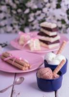Schokoladen- und Vanilleeiskugeln mit Waffelröllchen. foto
