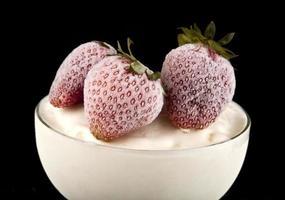 Eis mit einer Erdbeere