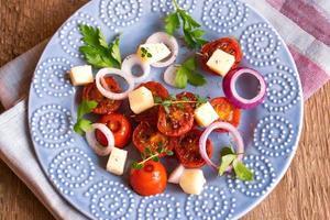 Gegrillte Tomaten, Käsesalat foto