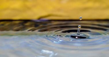 Wassertropfen landen im Wasser foto