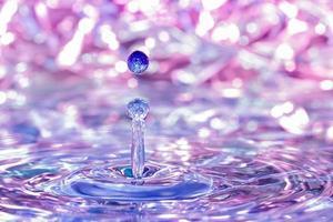 Wassertropfen fallen ins Wasser. foto