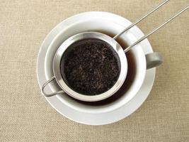 schwarzer Tee im Teesieb foto