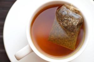 Tasse Tee mit Pyramidenteebeutel foto
