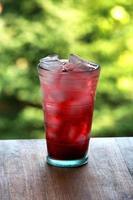 volles Glas Wasser und Saft mit Eis