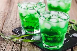 grünes Estragongetränk mit Eiswürfeln