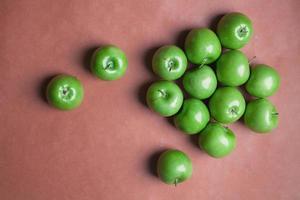 verstreute grüne Äpfel foto
