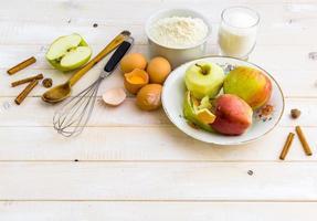 Lebensmittelzutaten für die Zubereitung Apfelkuchen foto