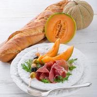 Schinken mit Melone und Oliven