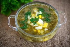 grüne Suppe mit Eiern und Sauerampfer foto