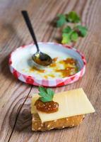 Zwiebel-Ananas-Chutney auf rustikalem Holz foto