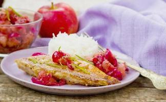 gebratener Seebarsch mit Apfelchutney foto